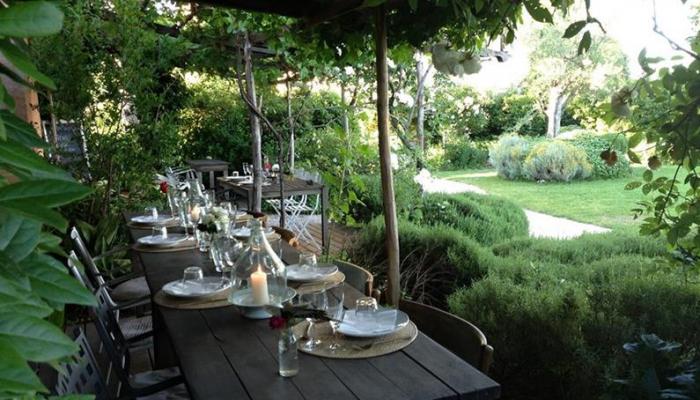Das Restaurant Tisch im Garten mit Kerzen